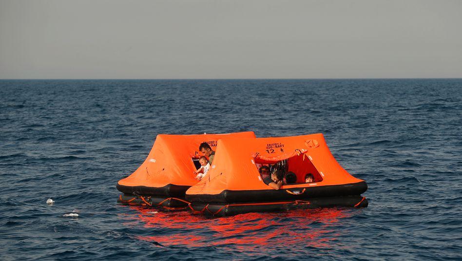 Afghanen auf einer Rettungsinsel nach einem Pushback in der Ägäis