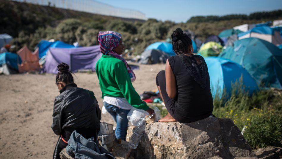 Warten auf England: Frauen aus Eritrea am Eurotunnel in Calais
