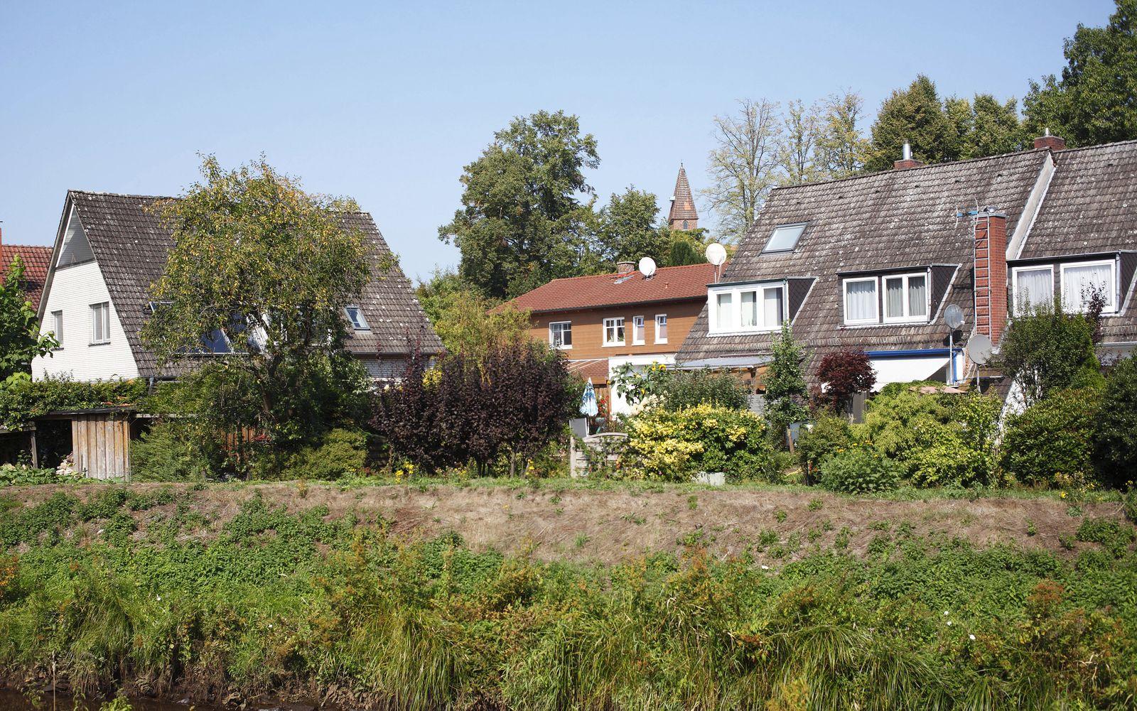 Wohnh?user am Fluss W?rpe, Lilienthal, Niedersachsen, Deutschland, Europa *** Residential buildings on the river W?rpe,