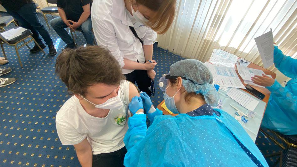 Thomas Waller beim Impfen im Hotel mit Dolmetscherin