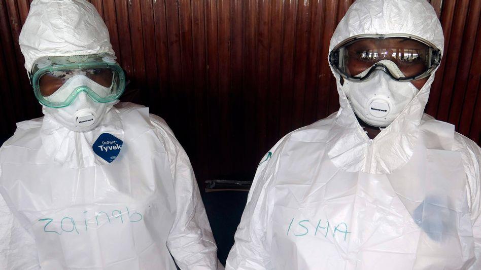 Medizinische Helfer in Sierra Leone: Etwa 3500 Menschen sind in Westafrika bisher am Ebolafieber gestorben