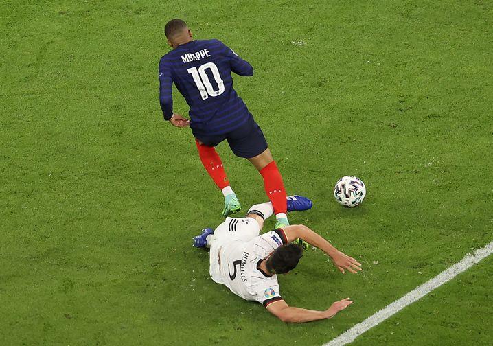 Hummels (rechts) klärt gegen Mbappé