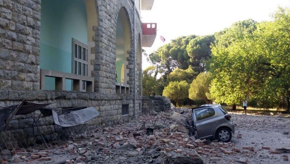 Die Erdbeben beschädigten in der albanischen Hauptstadt Tirana Gebäude und Autos