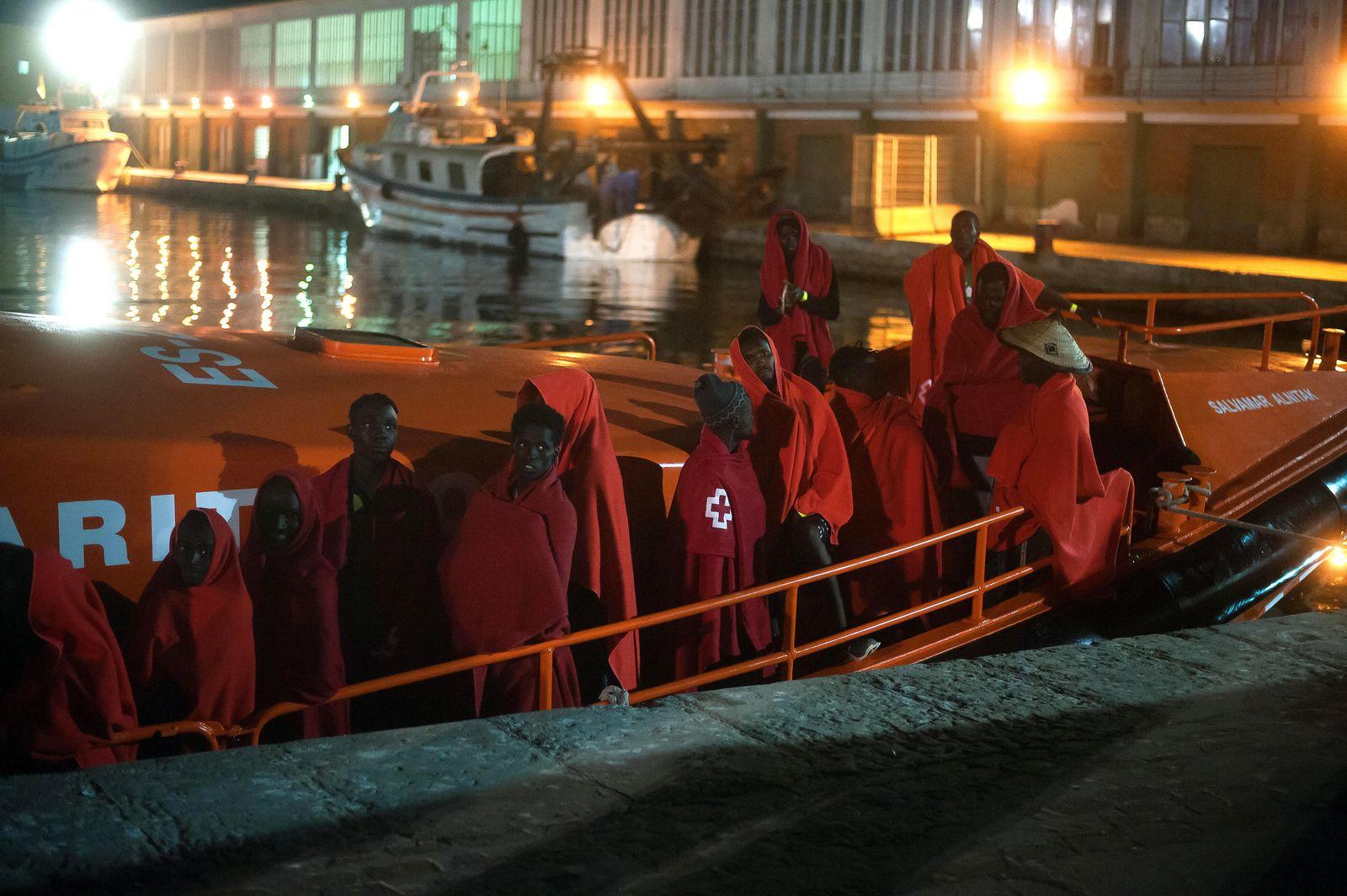 Spanische Küstenwache rettet Migranten