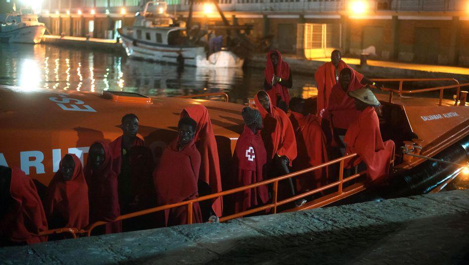 Rettung durch die Küstenwache: Migranten auf einem Boot im Hafen von Malaga (Archiv)