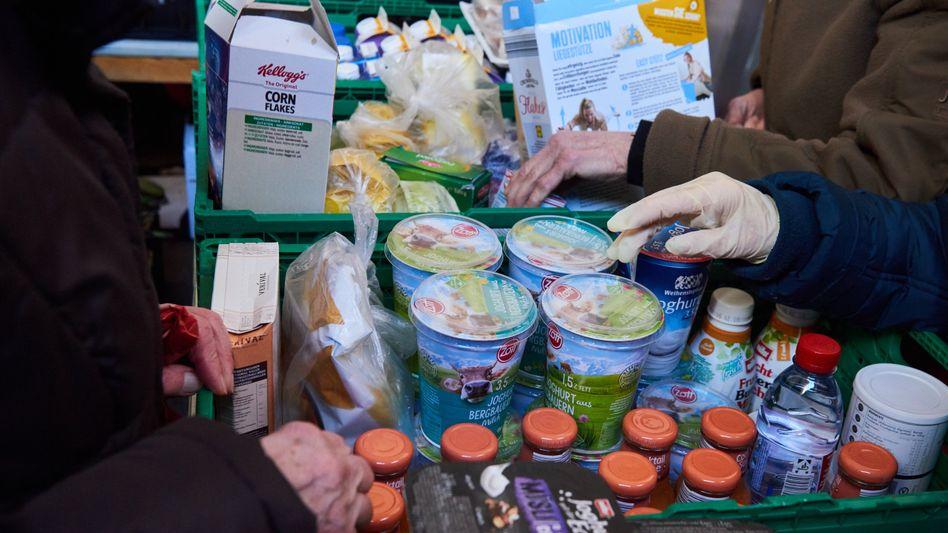 Lebensmittelausgabe in Berliner Tafel