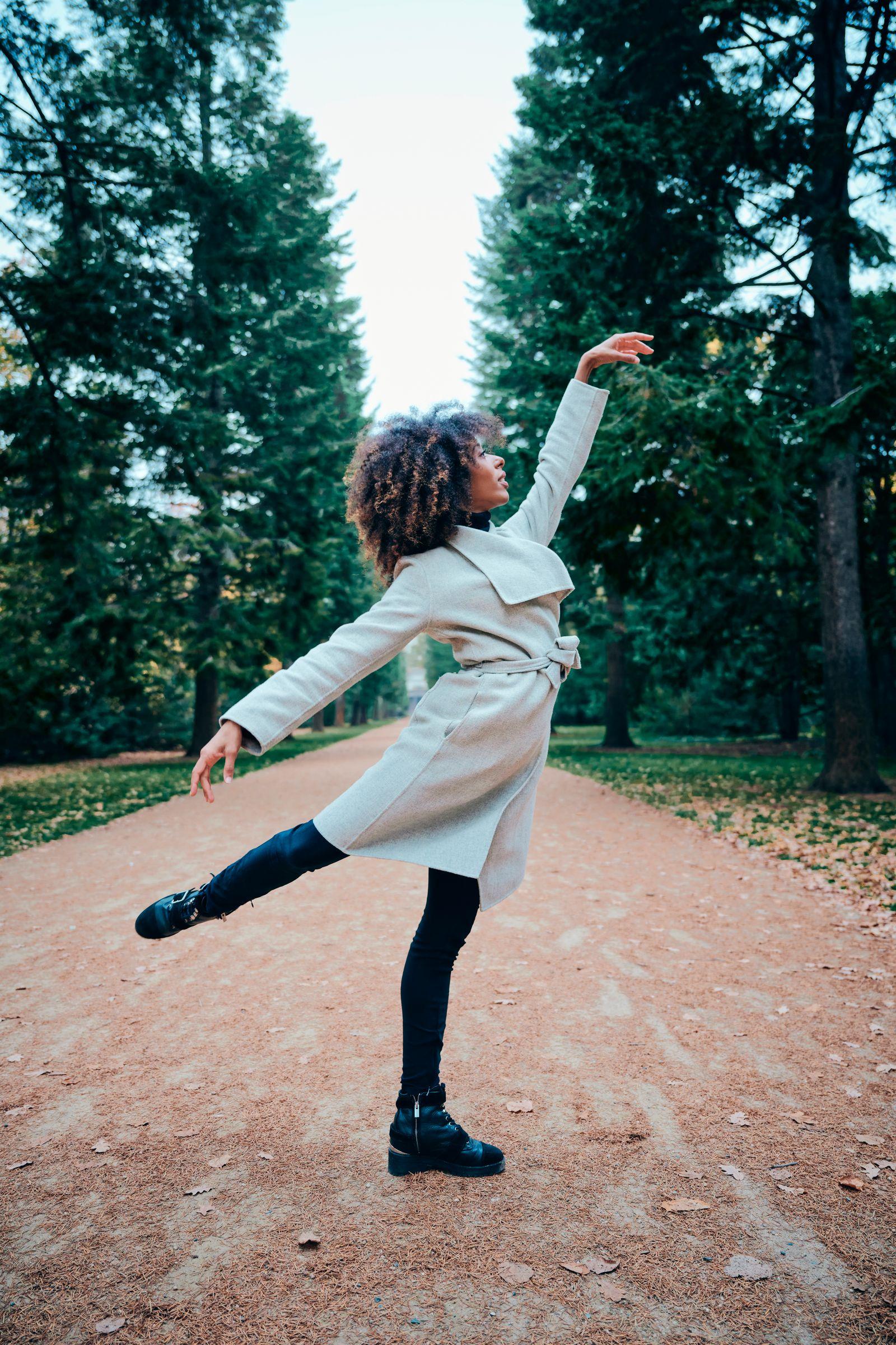 Fototermin | Portraits mit Frau Chloé Lopes Gomes, Ballerina an der Deutschen Oper Berlin anlässlich eines Interviews mit Frau Elisa von Hof (Redakteurin DER SPIEGEL) zum Thema Rassismus Motivgruppe: Portraits am 09.11.2020 im Schloßpark Charlottenburg