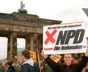 NPD-Aufmarsch vor dem Brandenburger Tor (Archiv): Billigung oder Verherrlichung von Nazi-Menschenrechtsverletzungen soll strafbar werden