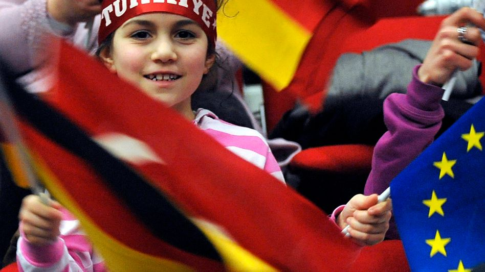Mädchen mit den Fahnen von Deutschland, Türkei und EU