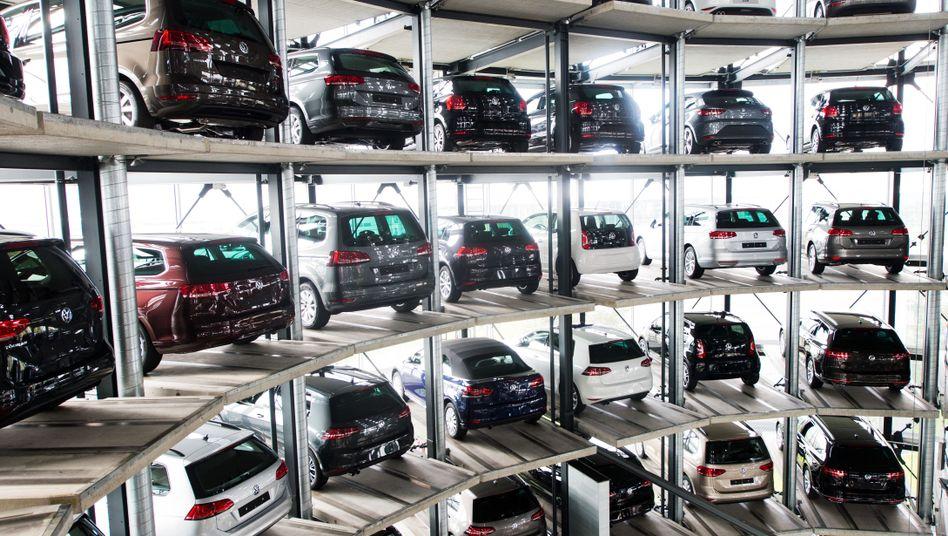 Neuwagen in den Autotürmen am VW-Werk in Wolfsburg