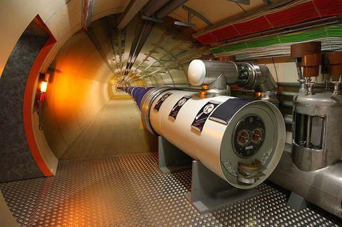Modell des LHC-Tunnels: Gigantische Elektromagneten steuern einen vernichtenden Teilchenstrahl