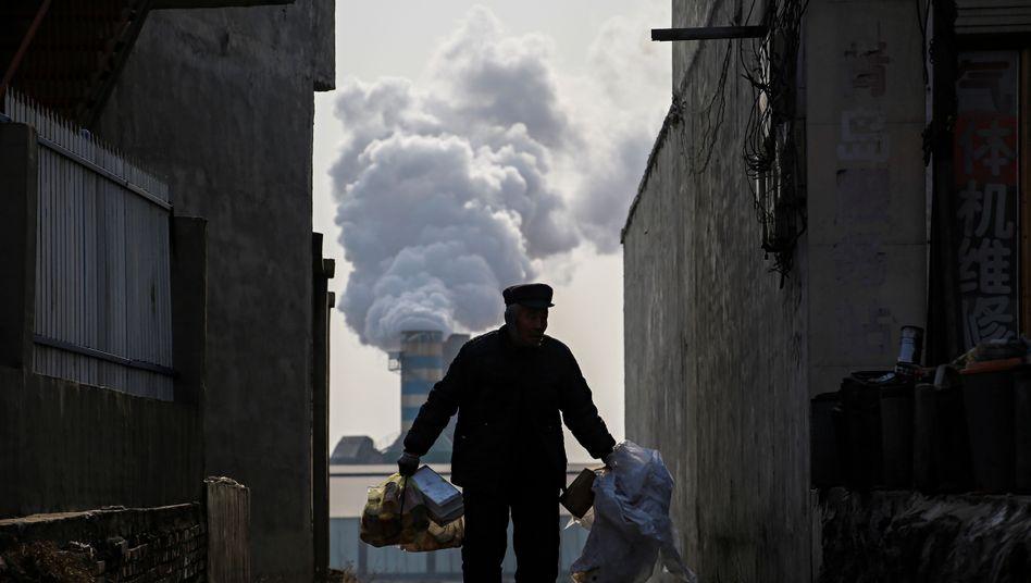Mann sammelt Recycling-Müll in China: Recht auf nachholende Verschmutzung