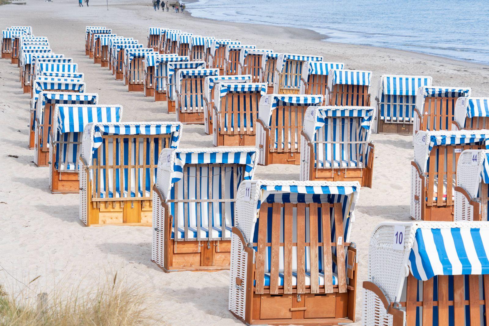 Weitgehend leerer Strand in Scharbeutz an der Ostsee Teil der Modellregion Lübecker Bucht, die sich aus der Stadt Neusta