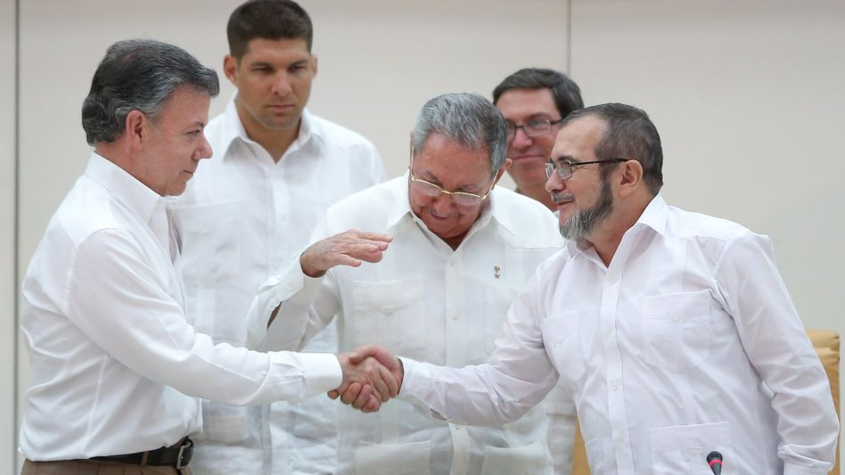 Kolumbiens Staatschef (l.) schüttelt Farc-Anführer (r.) die Hand: Historischer Moment
