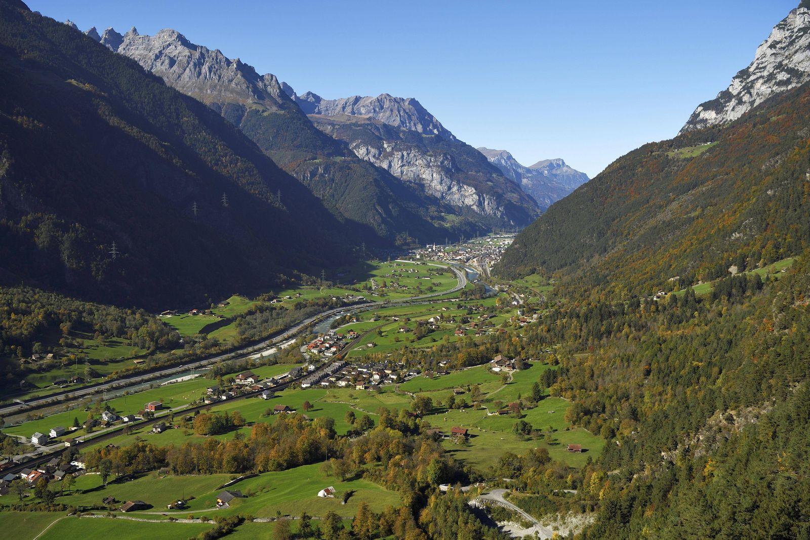 Urner Reusstal mit Fluss Reuss hinten Erstfeld Silenen Kanton Uri Schweiz Europa *** Urner Reus