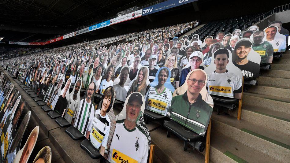 Aktion in Gladbach: Weil Zuschauer noch nicht ins Stadion durften, beobachteten zuletzt Fanfotos das Spielgeschehen