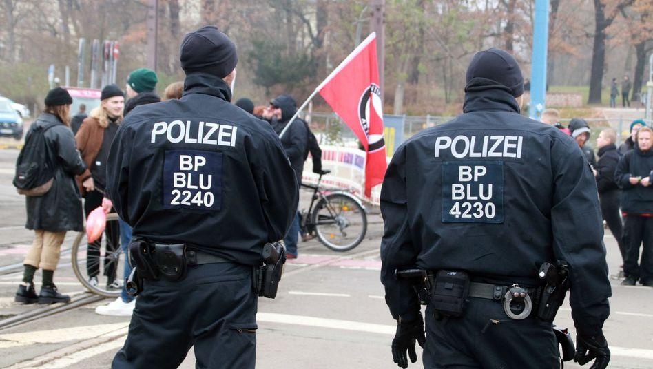 Polizisten bei einer Demonstration gegen die Innenministerkonferenz in Magdeburg