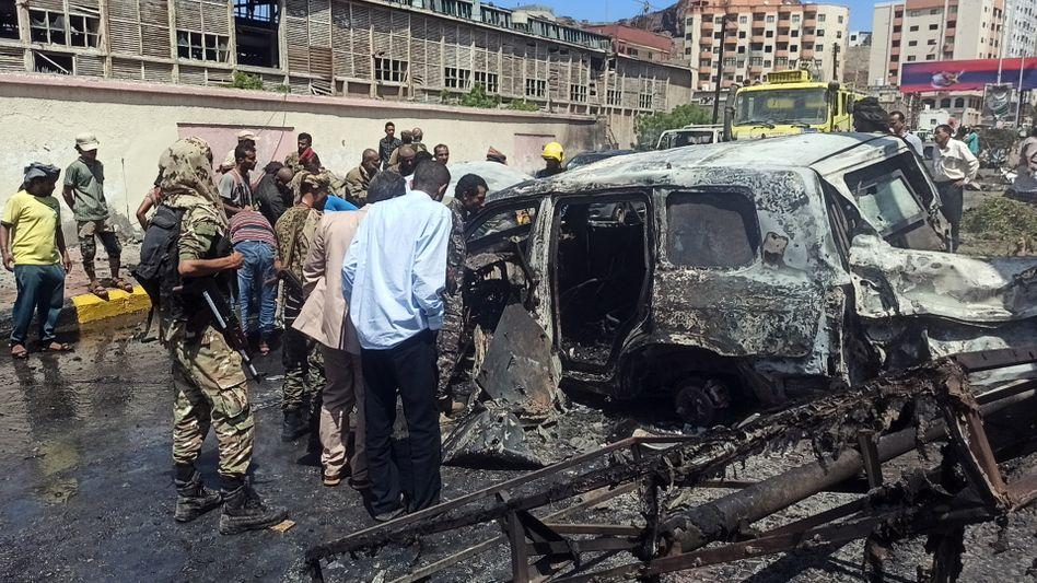 Soldaten inspizieren den Anschlagsort nach dem Bombenanschlag