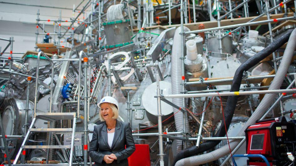 Lächeln für die Kernfusion: Bundesforschungsministerin Johanna Wanka (CDU) besucht einen Plasmareaktor in Greifswald. Solch teures Uni-Gerät fördert der Bund bereits. Künftig will er auch ganze Institute finanzieren