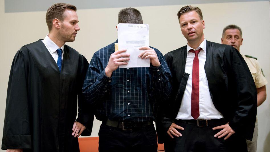 Philipp K. mit seinen Anwälten