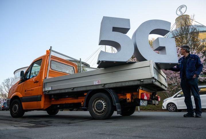 Eine LKW transportiert 5G - als Symbol - auf das Messegelände in Hannover