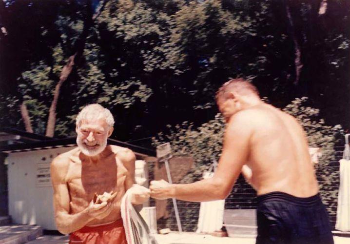 Eines der letzten Fotos: Hemingway (l.) im Juni 1961