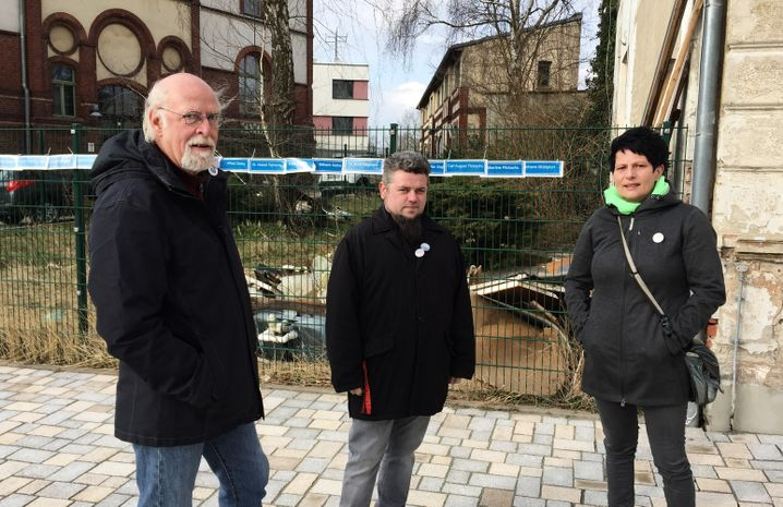Kerstin Auerbach, Roland Stauf (l.), und Fabian Borghardt (M.)protestierten in Burg, Sachsen-Anhalt, gegen den Helmut-Kohl-Platz.
