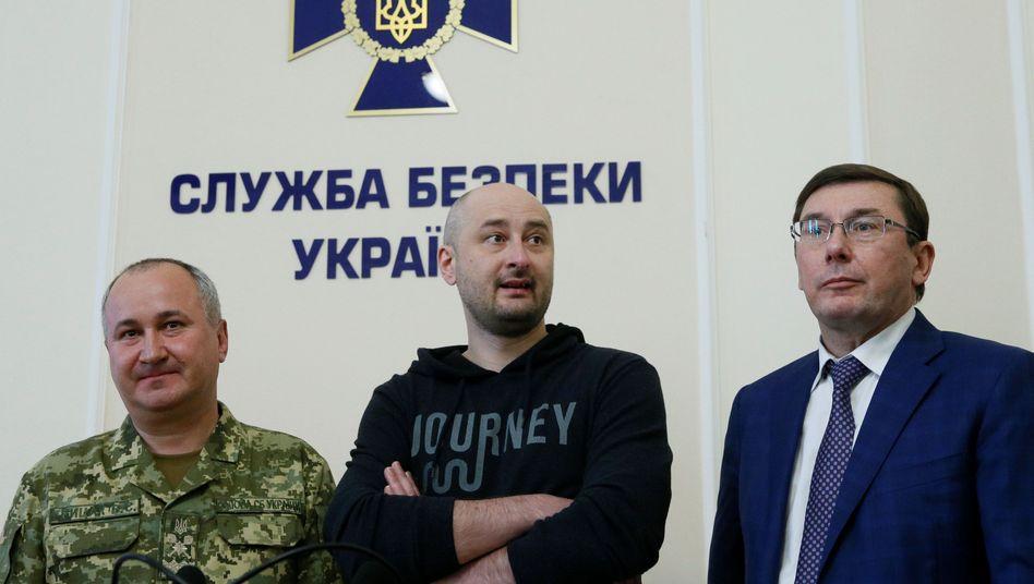 Arkadij Babtschenko mit Generalstaatsanwalt Jurij Lutsenko (r,) und SBU-Chef Wasilij Gritsak