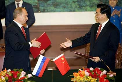 Russian President Vladimir Putin and Chinese President Hu Jintao: A petroleum pipeline for China?