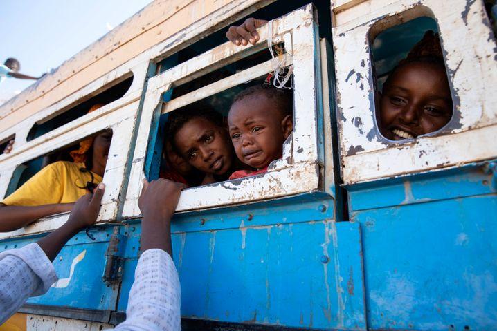 Kinder, Frauen und Männer Anfang Dezember auf der Flucht in der Grenzregion Äthiopien und Sudan: Für internationale Beobachter, Helferinnen und Journalisten ist es fast unmöglich, in die Krisenregion zu kommen. Deshalb gibt es nur wenige aktuelle Fotos, die die Katastrophe abbilden.