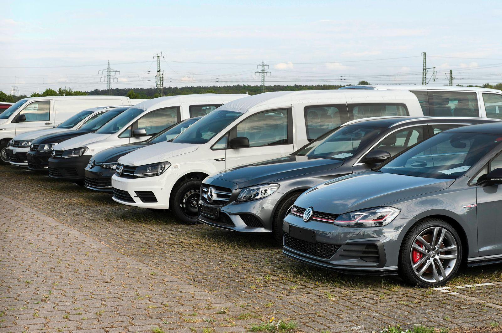 Neuwagen in einem Auslieferungslager. Lehrte, 29.04.2020 *** New cars in a distribution centre Lehrte, 29 04 2020 Foto: