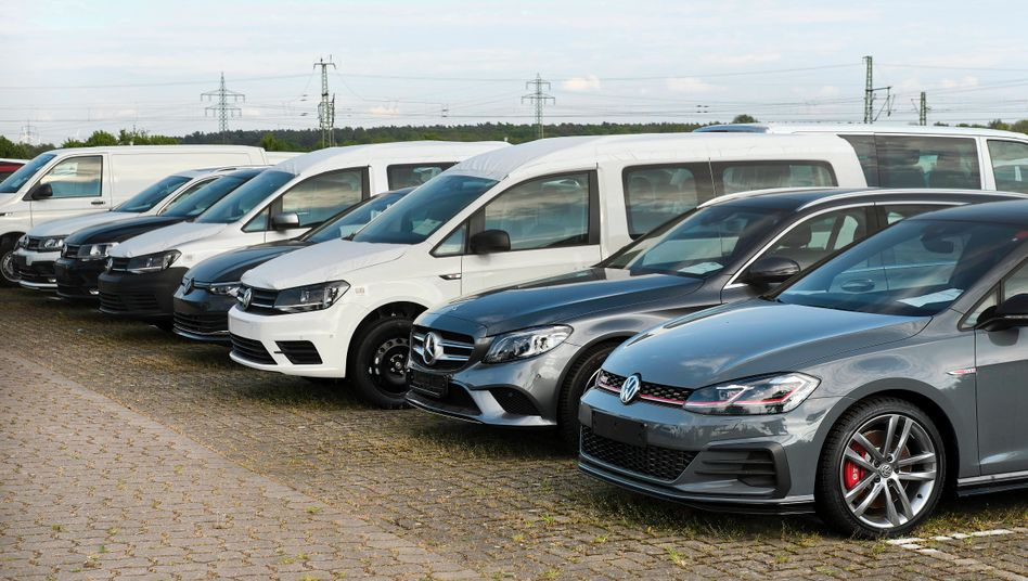Neuwagen in einem Auslieferungslager: Der Dienstwagen wird einer Studie zufolge zum Klimaproblem