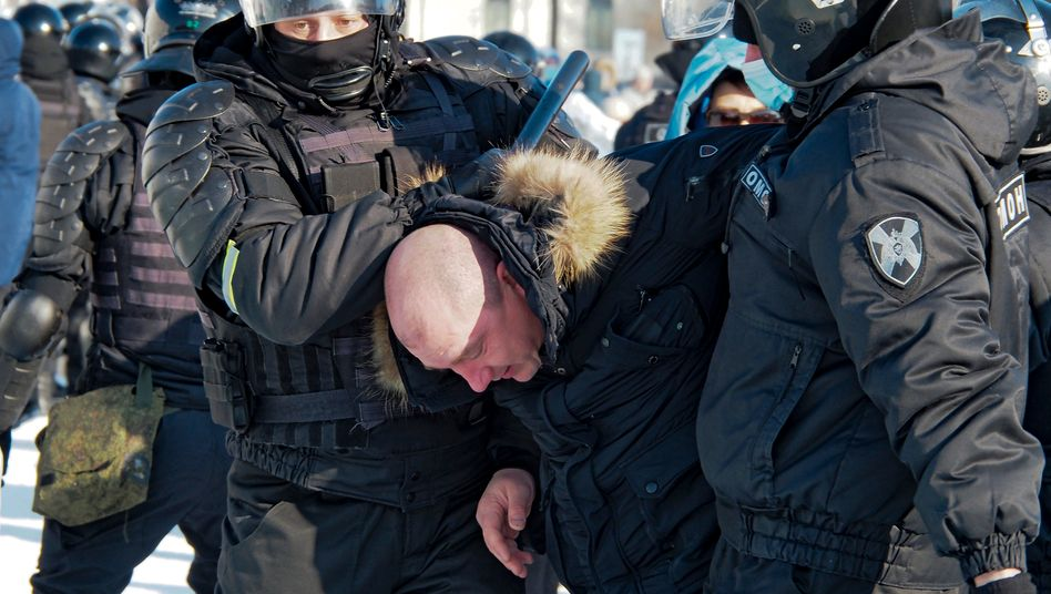 Die Polizei nimmt einen Mann während eines Protestes gegen die Inhaftierung des Oppositionellen Alexej Nawalny in Chabarowsk fest