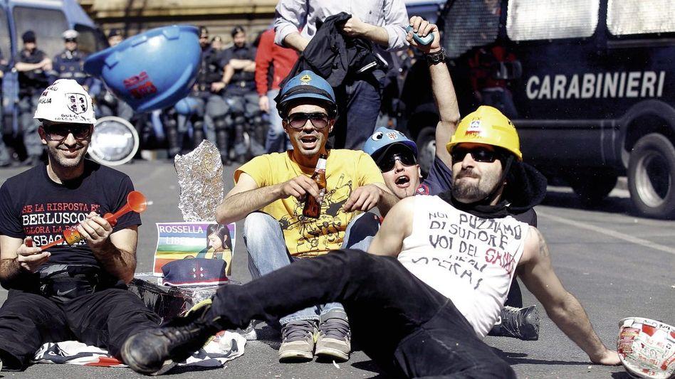 Protestierende Arbeiter vor dem Arbeitsministerium in Rom: Den Preis werden wohl erneut die Jungen bezahlen
