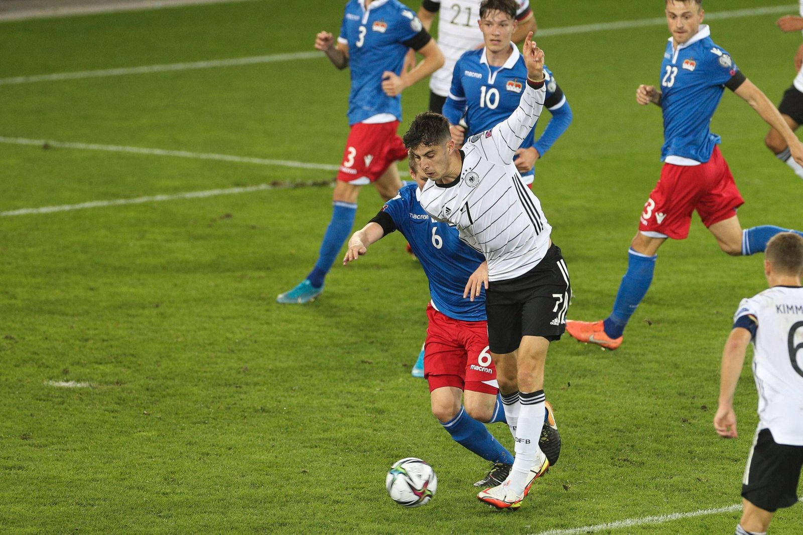 im Zweikampf, Aktion, mitAndreas Malin 6 (Liechtenstein) und Kai Havertz 7 (Deutschland), Liechtenstein vs. Deutschland