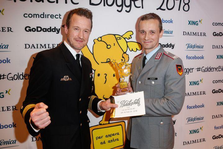 """Marcel Bohnert (rechts) mit einem Bundeswehrkollegen bei der Verleihung des Social-Media-Preises """"Blogger des Jahres 2018"""", ihm wurde der Nagativ-Award der Reihe """"Blocker des Jahres"""" verliehen."""