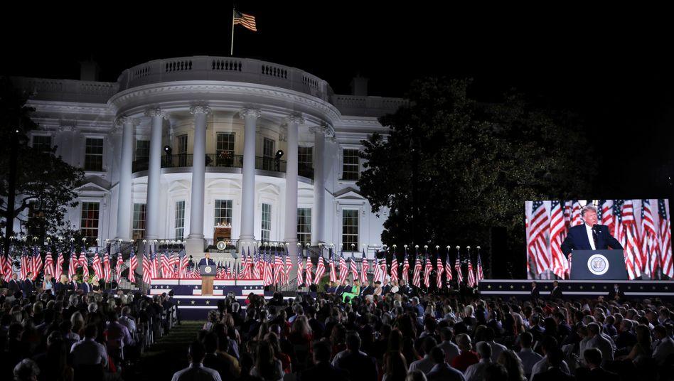Große - und illegale - Kulisse: Trumps Parteitagsrede am Weißen Haus