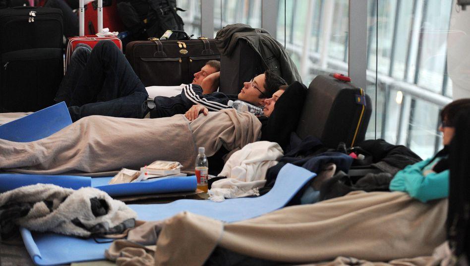 Flugreisende in London-Heathrow am 21. Dezember: Isomatten und viel Geduld