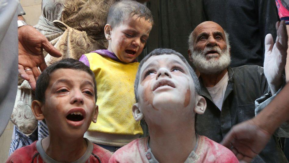 Weinende Kinder nach Luftschlag auf Aleppo