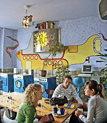 Speisesaal, Waschkammer und Internetcafé: Der Gemeinschaftsraum eines Hostels ist vieles in einem