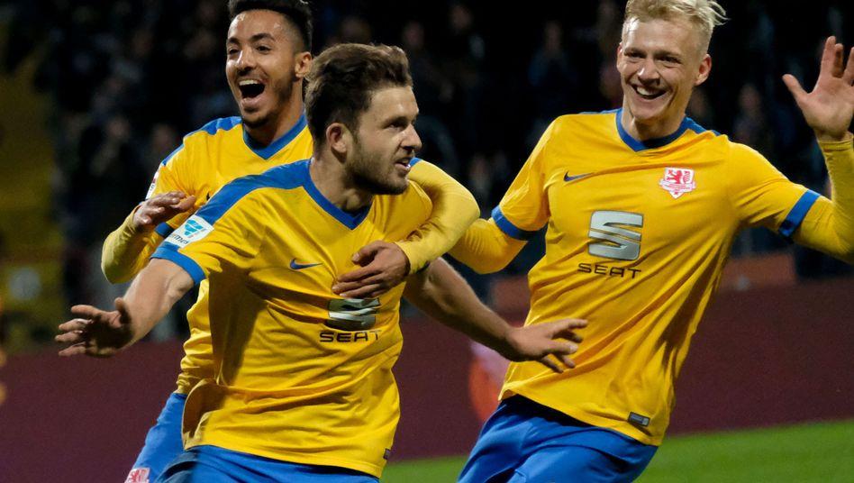 Eintracht Braunschweigs Siegtorschütze Ken Reichel (Mitte)