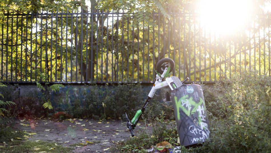 E-Scooter in einem Mülleimer (in Berlin): Künftig können sie auf ehemaligen Auto-Parkplätzen abgestellt werden