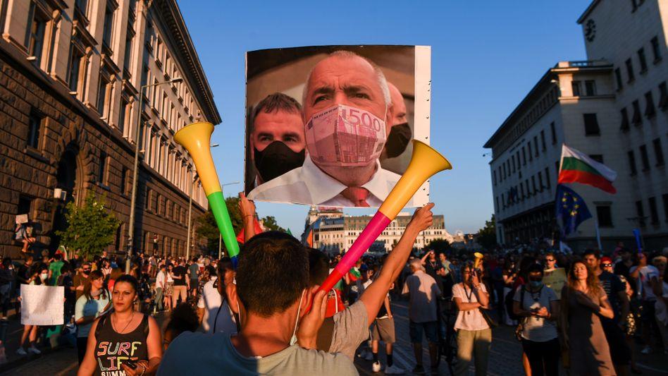 Antiregierungsdemonstranten in Sofia im Sommer 2020 mit einem Porträt (Fotomontage) des damaligen Ministerpräsidenten Bojko Borissow: Korruption, Geldwäsche und eine schwache Finanzaufsicht