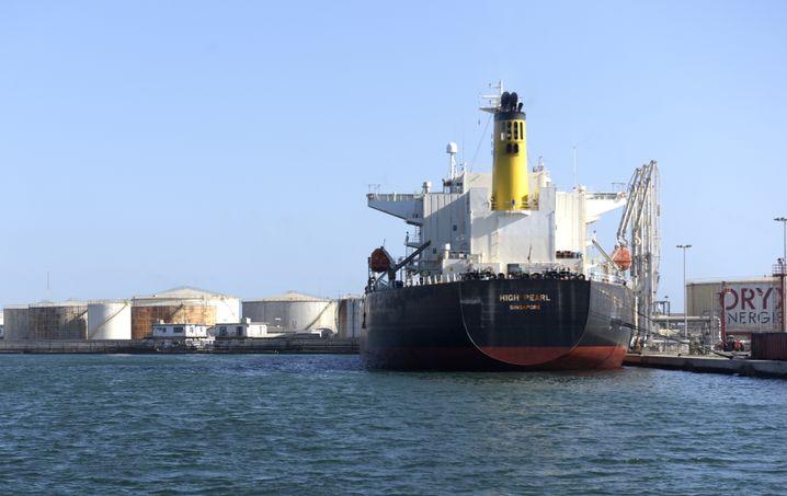 Öltanker im Hafen von Dakar, 2018