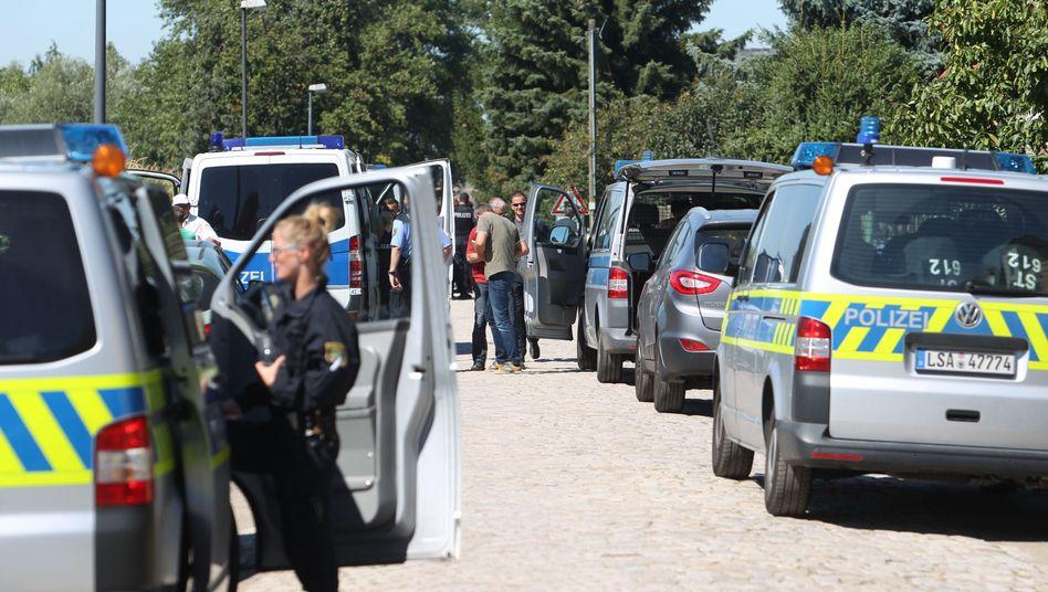 Polizeifahrzeuge bei Einsatz in Reuden (August 2016)
