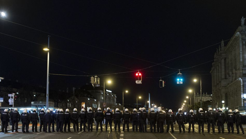 Polizeikette in Wien: Proteste gegen Verbindungsball