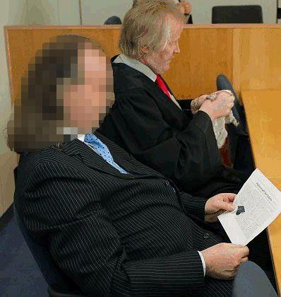 Promotionsberater Martin D. (links, mit seinem Anwalt): Wegen Bestechung verurteilt