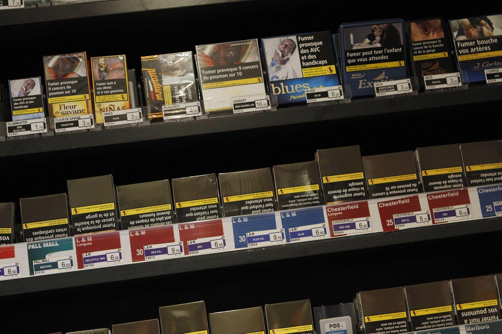 Zigarettenschachteln im Regal eines Tabakladens Paris 16 01 2017 MichaelBaucher Panoramic PUBLIC
