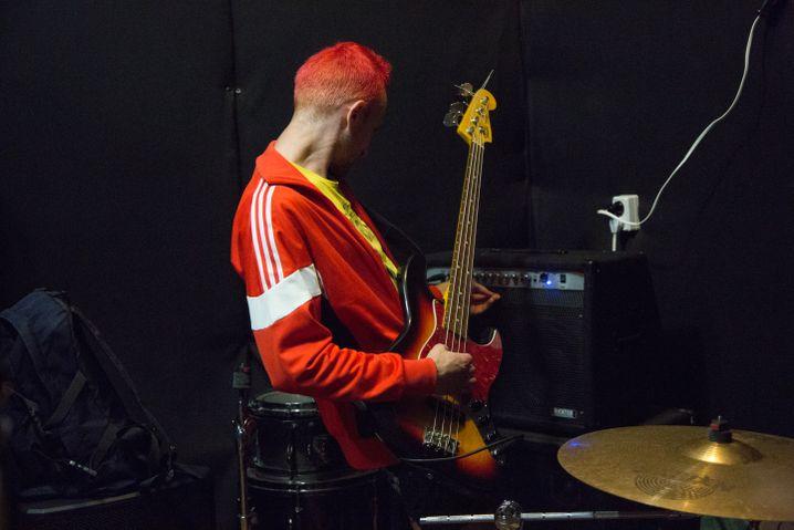 Anton mit seinem Bass im Proberaum