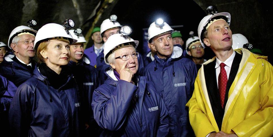 Bundesbildungsministerin Schavan (M.) in einem Versuchsbergwerk in Freiberg